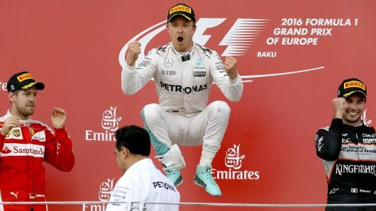 Sprung zurück zu alter Form: Nico Rosberg (M.) jubelt über seinen Sieg vor Sebastian Vettel (l.) und dem Mexikaner Sergio Perez