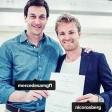 Nico Rosberg (r.) zeigt gemeinsam mit Mercedes-Motorsportchef Christian Wolff seinen unterschriebenen Vertrag