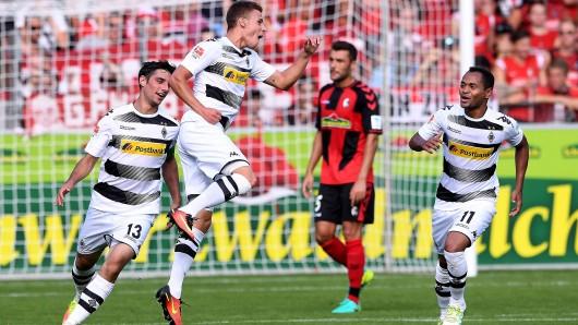 Da sah die Welt noch gut aus: Thorgan Hazard (M.) trifft gegen Freiburg zum 1:0. Gladbach verlor aber noch 1:3