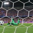 Da ist es passiert: Manuel Neuer schaut dem Schuss von Yannick Carrasco nach, der zum Siegtreffer im Netz einschlägt