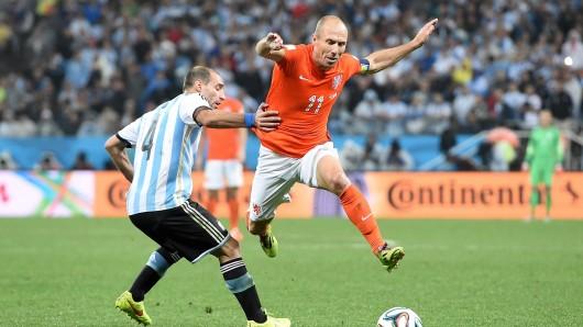 Der Niederländer Arjen Robben (r.) fällt für das WM-Qualifikationsspiel gegen Frankreich aus