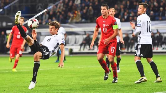 Nationalspieler Thomas Müller (l.) kann es auch im Liegen