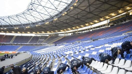 Polizisten kontrollierten vor dem Spiel jeden Sitz im Stadion - und trotzdem kam es im Vorjahr zur Spielabsage in Hannover