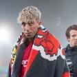 Leverkusens Kevin Kampl (l) steht mit Leverkusens Robbie Kruse nach dem Spiel enttäuscht auf dem Platz
