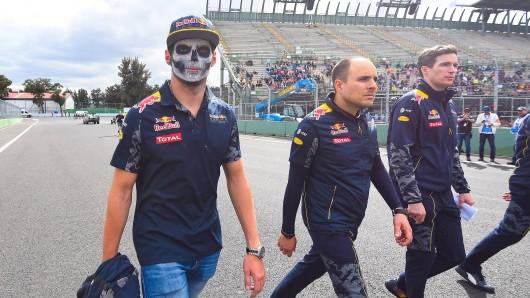 Max Verstappens (l.) Maske bei der Streckenbegehung soll seinen Humor zeigen, aber im WM-Kampf  zählt er zu den humorlosen Außenseitern