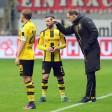 Dortmunds Trainer Thomas Tuchel (r.) geht nicht nur mit Kapitän Marcel Schmelzer (l.) und Gonzalo Castro hart ins Gericht