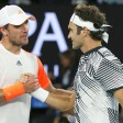 Mischa Zverev gratuliert dem Schweizer Roger Federer (r.) zum Sieg