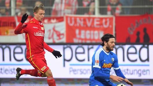 Berlins Simon Hedlund (l) und Bochums Tim Hoogland kämpfen um den Ball