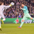 Paris-Torwart Kevin Trapp (l.) ist zur Stelle, Barcelonas Superstar Lionel Messi hat das Nachsehen