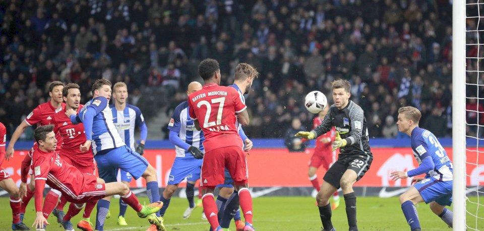 Bayern-Stürmer Robert Lewandowski (l.) erzielt in der sechsten Nachspielminute den Ausgleich gegen Hertha