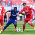 Unions Mittelfeldspieler Damir Kreilach (r.) ist immer hart am Mann. Karlsruhes Franck Kom bekommt das zu spüren
