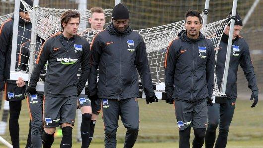 Salomon Kalou (Mitte) am Dienstag beim Hertha-Training