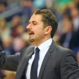 Albas Cheftrainer Ahmet Caki gestikuliert am Spielfeldrand (Archivbild)