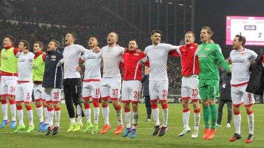 So sehen Sieger aus: Unions Profis feiern ausgelassen den Sieg beim FC St. Pauli