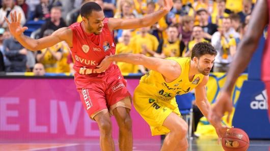 Der Würzburger Vincent Sanford (l.) kann Engin Atsür von Alba Berlin nicht aufhalten – sinnbildlich für das gesamte Spiel