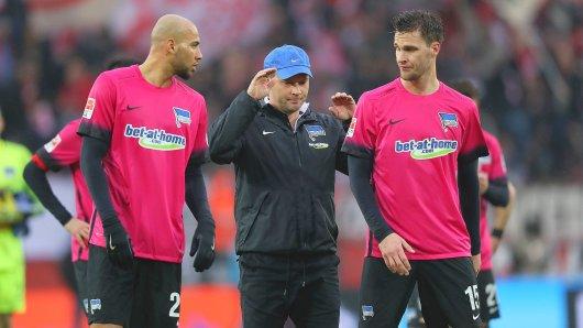 Herthas Auswärts-Allergie: Trainer Pal Dardai (M.) und seine Innenverteidiger John Brooks (l.) und Sebastian Langkamp