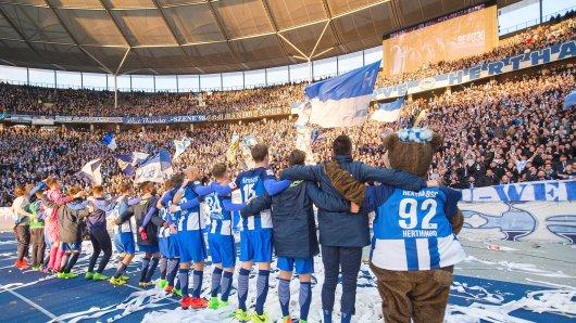 Faszination Bundesliga: Die hat sich bis nach China herumgesprochen. Hier feiert die Mannschaft von Hertha BSC mit den Fans am 11. März den Heimsieg gegen Borussia Dortmund