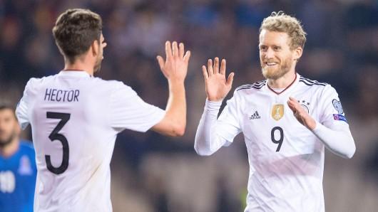 Deutschlands Jonas Hector (l.) und Torschütze Andre Schürrle jubeln nach dem Treffer zum 4:1