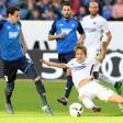 Genki Haraguchi von Hertha BSC grätscht, aber in dieser Szene ist Hoffenheims Sebastian Rudy schneller am Ball