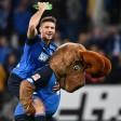 """Hoffenheims Torschütze Andrej Kramaric jubelt mit Maskottchen """"Hoffe"""" über den Sieg"""