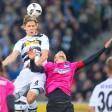Gladbachs Jannik Vestergaard (l) steigt höher als Sebastian Langkamp