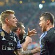 Cristiano Ronaldo (r.) jubelt mit seinem Teamkollegen Toni Kroos über seinen Treffer zum 1:2 im Viertelfinal-Hinspiel