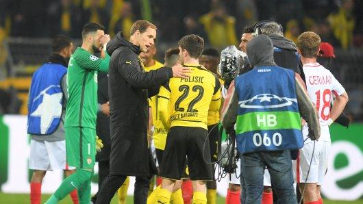 Zuspruch für die Mannschaft: BVB-Trainer Thomas Tuchel spricht mit Christian Pulisic (M.)  nach dem Spiel