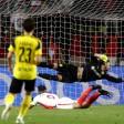 Monacos Radamel Falcao (am Boden) köpft das 2:0, Dortmunds Torhüter Roman Bürki ist chanceenlos – die Vorentscheidung