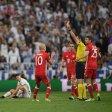 Eine von diversen Fehlentscheidungen: Schiedsrichter Viktor Kassai zückt die Rote Karte für Bayern-Star Arturo Vidal (l.)