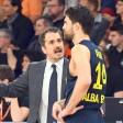 Alba-Trainer Ahmet Caki (l.) weist Engin Atsür ein