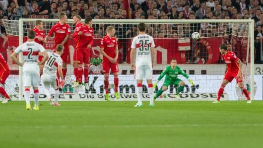 Stuttgarts Alexandru Maxim (l., mit der Nummer 10) erzielt das Tor zum 1:0