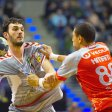 Szene aus dem ersten Spiel in dieser Saison: Petar Nenadic im Zweikampf mit dem Franzosen Wissem Hmam. Im Halbfinale sieht man sich nun wieder