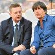 DFB-Präsident Reinhard Grindel (l.) setzt auf Bundestrainer Joachim Löw