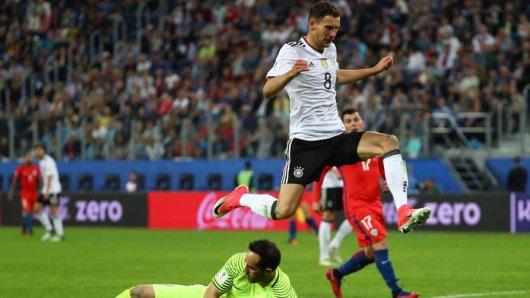 Chiles Torwart Claudio Bravo (unten) und Deutschlands Leon Goretzka kämpfen um den Ball