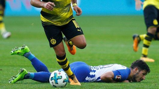 Bauchlandung für Herthas Mathew Leckie, während sich Mario Götze und der BVB die Liga von der Tabellenspitze her anschauen