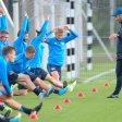 Die Hertha-Profis dehnen sich – sehr zur Freude von Trainer Pal Dardai (r.)