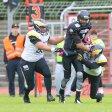 Daniel Potechius (l.) aus der Defense Line der Adler kämpft mit seinem Klub am Sonntag für das Unmögliche.