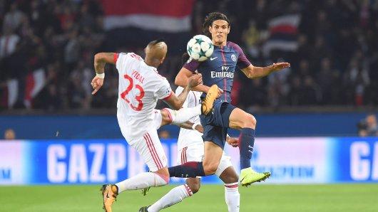 Bayerns  Arturo Vidal (l.) im Zweikampf mit Edinson Cavani