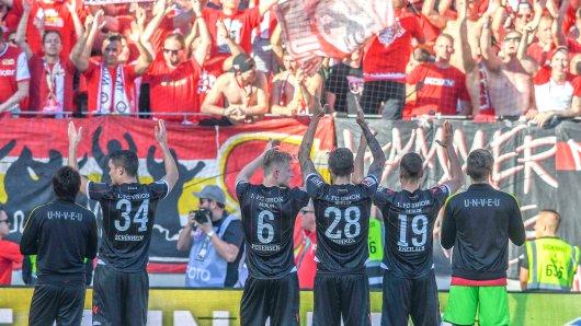 Unions Profis feiern mit ihren Fans den Aufschwung der vergangenen Wochen