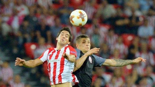 Sorya Lugansk (Artem Gromov/r.) gewann überraschend bei Athletic Bilbao (Jmikel San Jose) mit 1:0