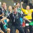 Füchse-Trainer Velimir Petkovic (m.) beim Spiel gegen den THW Kiel an der Seitenlinie.