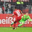 Union-Torhüter Daniel Mesenhöler hat beim Elfmeter von Wendell keine Chance - die Entscheidung im Pokalspiel gegen Bayer Leverkusen