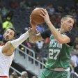 Daniel Theis (r.) hat sich in der NBA schnell akklimatisiert