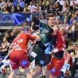 Kein leichter Job: Ein Lemgoer Gegenspieler stößt ihn, der andere hält ihn, aber Kreisläufer Erik Schmidt (Mitte) kommt doch zum Wurf