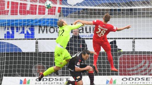 Unions Torwart Jakob Busk (l.) machte nicht nur beim 0:1 durch Heidenheims Arne Feick (r.) keine gute Figur