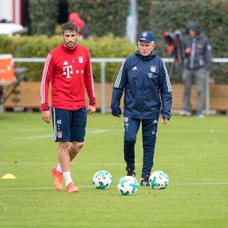 Trainer Jupp Heynckes (r) stellte Javi Martinez auf die richtige Position