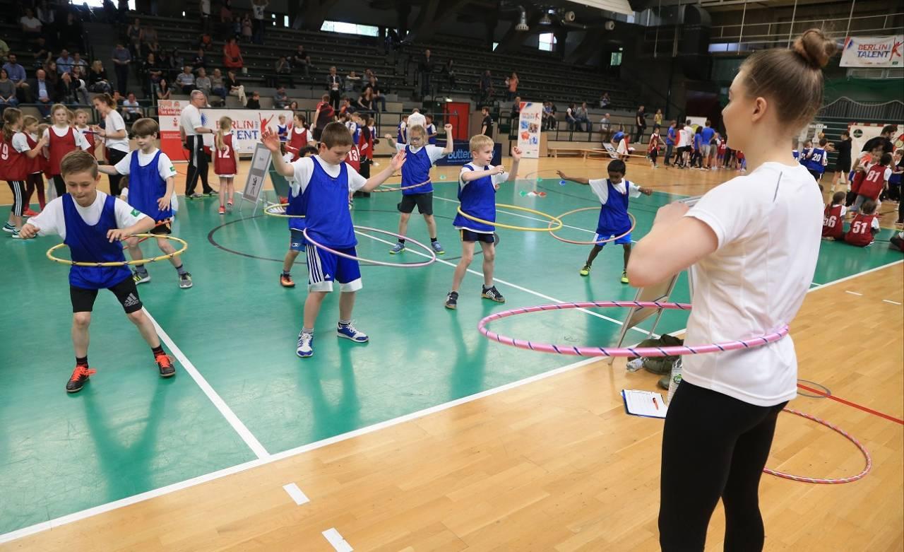 Auch Jungen testen die Rhythmische Sportgymnastik