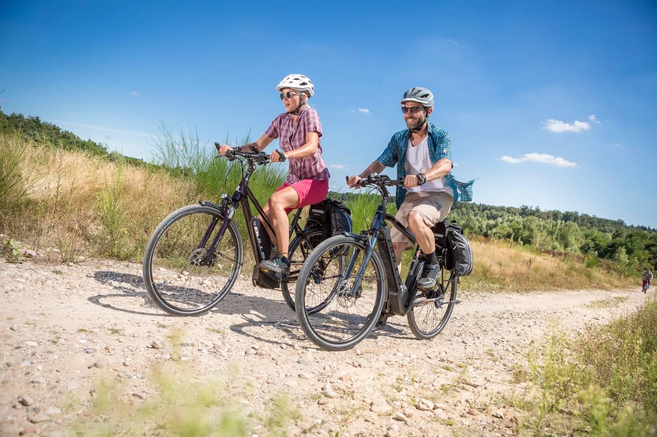 Alle zwei Wochen stellen wir zu den aktuellen Touren Gewinnspielfragen: Wer die Antworten weiß, kann eins von zwei E-Bikes gewinnen!