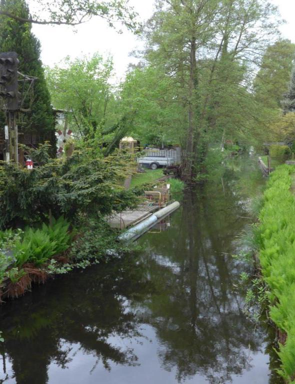 Malerisch an einem Flusslauf gelegen sind diese Gärten in Rangsdorf