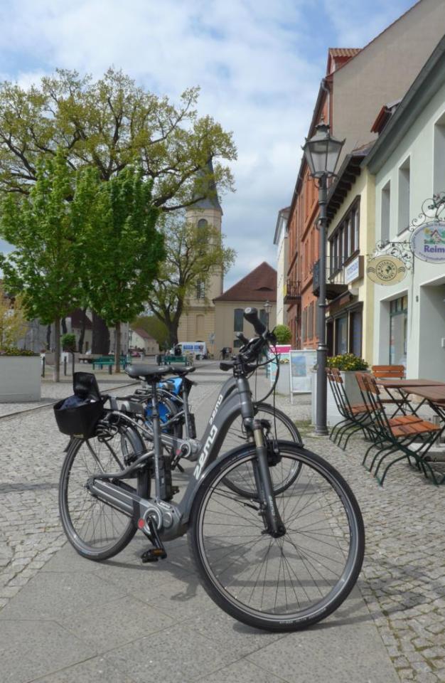 Mit dem citytauglichen Touren-E-Bike geht es durch Städte wie Zossen und durchs Gelände
